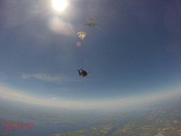 跳伞.jpg
