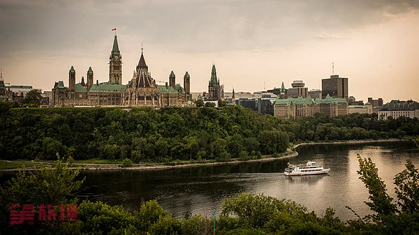 View-of-Parliament-Hill-from-Nepean-Point_����.jpg